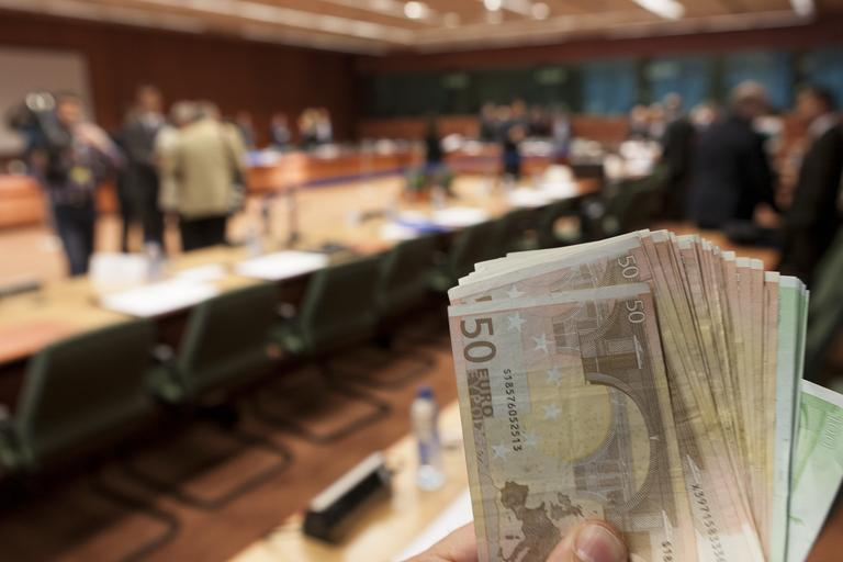 Deloitte: Slovenski poslovneži pri politikih zaznavajo pričakovanje daril