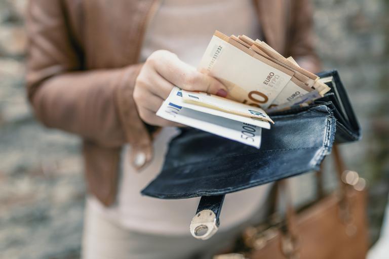 Kako so se gibale plače v mesecih od razglasitve epidemije