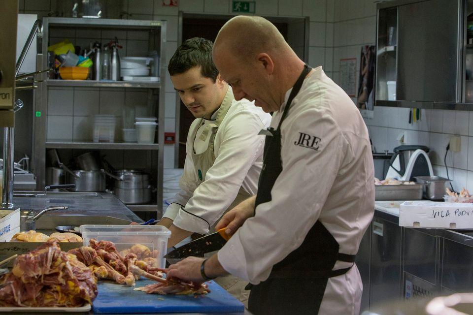 Zaprli Vilo Podvin, a s spletnimi delavnicami prinašajo vrhunsko kulinariko v vaš dom