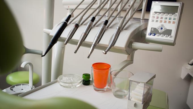 Ker javno zobozdravstvo ne deluje, si roke manejo zasebniki #infografika